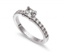 Anillo con 1 Diamante Princess más 12 diamantes brillantes de 2 pt, sobre Oro de 18k o Platino.