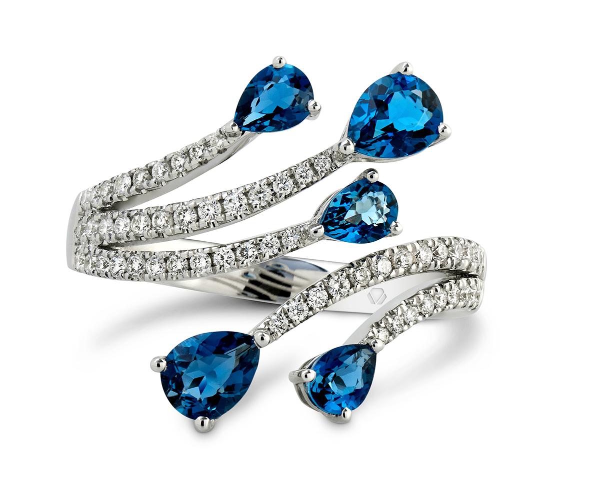 """Lumier Anillo 4 1  Producto <span style=""""font-weight: 400;"""">Oro blanco, 5 Topacios London Blue corte pera de 15 puntos y 56 diamantes corte brillante que suman 27 puntos</span>"""