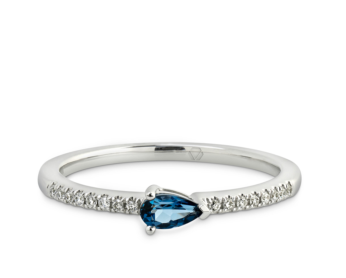 "Lumier Anillo A 1 1  Producto <span style=""font-weight: 400;"">Oro blanco, Topacio London Blue corte pera de 15 puntos y 16 diamantes corte brillante que suman 6 puntos</span>"