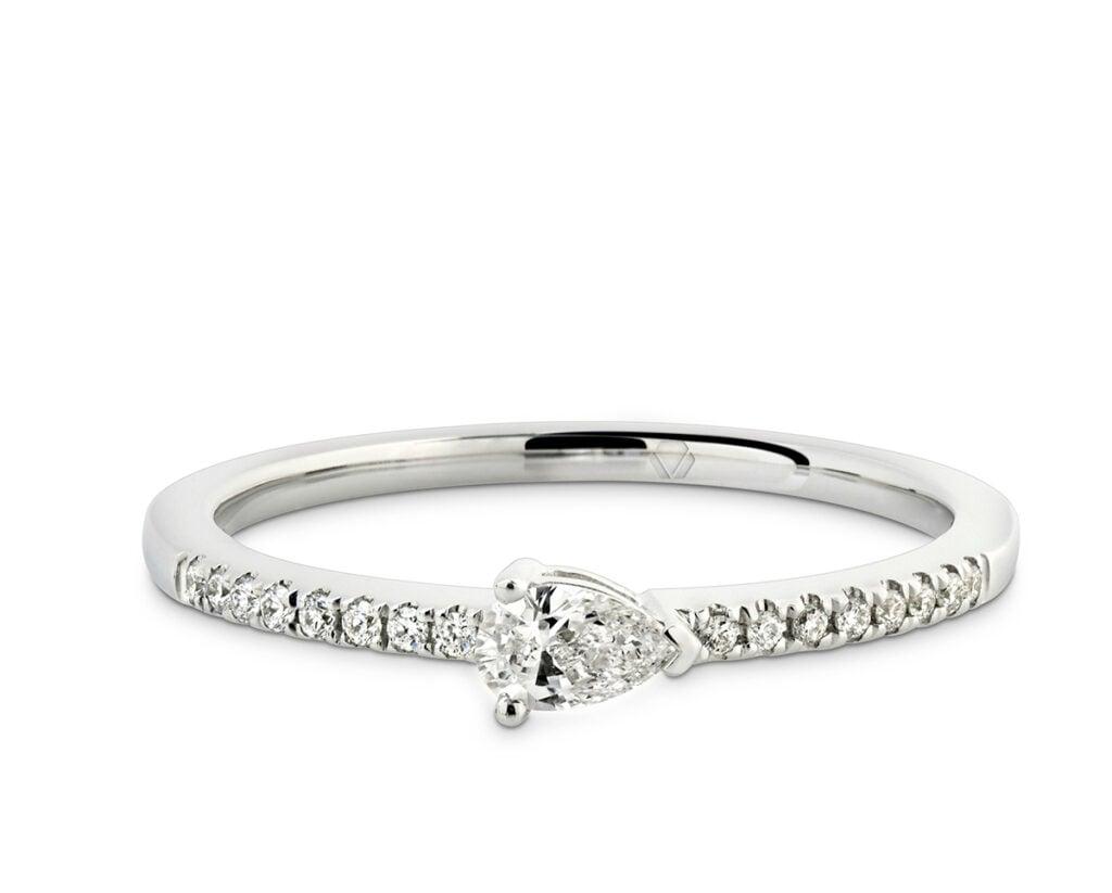 """Lumier Anillo B 2  Producto <span style=""""font-weight: 400;"""">Oro blanco, Diamante corte pera de 15 puntos y 16 diamantes corte brillante que suman 6 puntos</span>"""