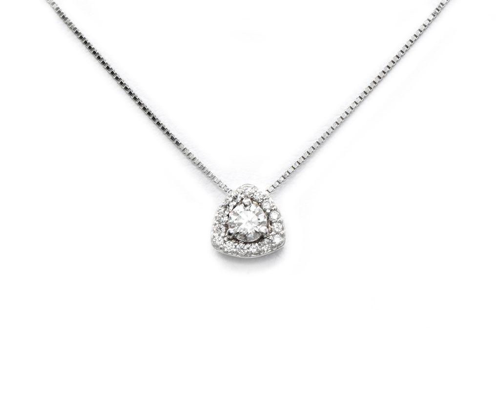 Oro blanco 1 diamante de 15 pts y 16 diamantes de 1.25 pts.