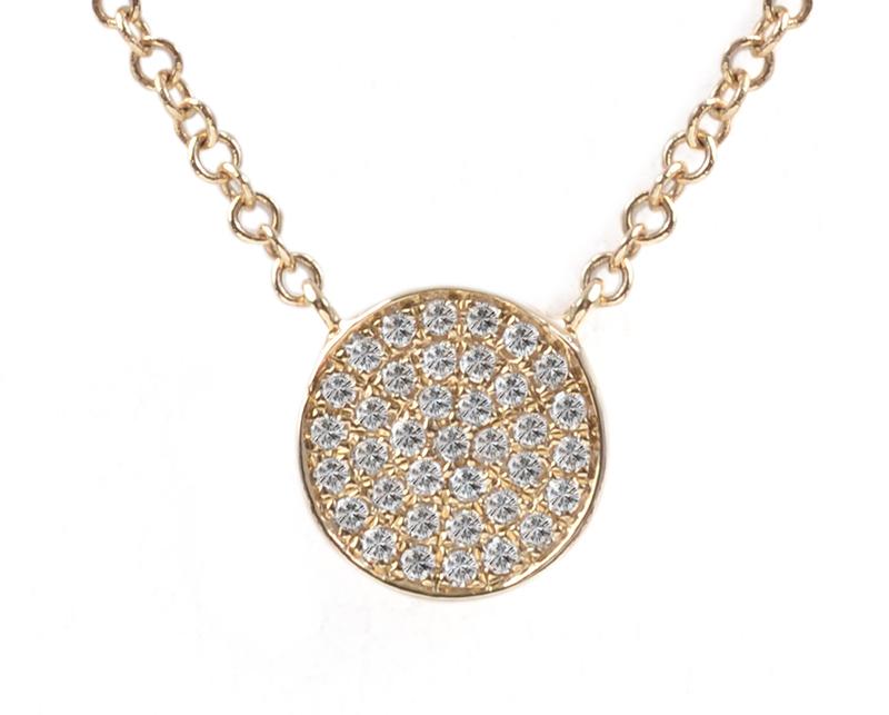 Collar de oro amarillo con diamantes modelo Mila 2 1  Producto Cluster de diamantes que suman 8 puntos, sobre círculo de oro amarillo.