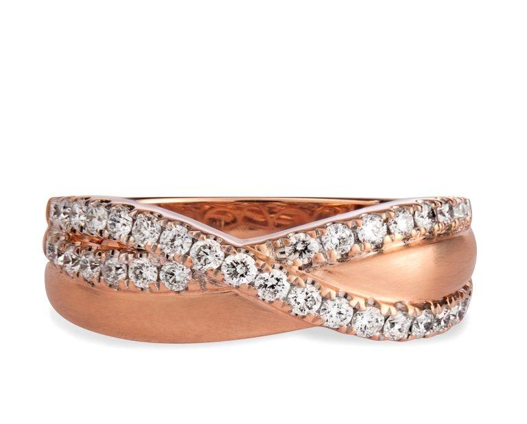 Curva OR 1  Producto 34 diamantes corte brillante que suman 45 puntos en total, en una fila ondulada rodeando y cruzando la banda principal de oro rosa.
