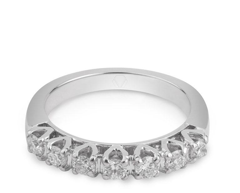 Anillo de Compromiso Modelo Belle 1  Producto Una propuesta romántica e innovadora es el cintillo Belle. Este anillo de compromiso está bellamente decorado por el resplandor de sus diamantes frontales.