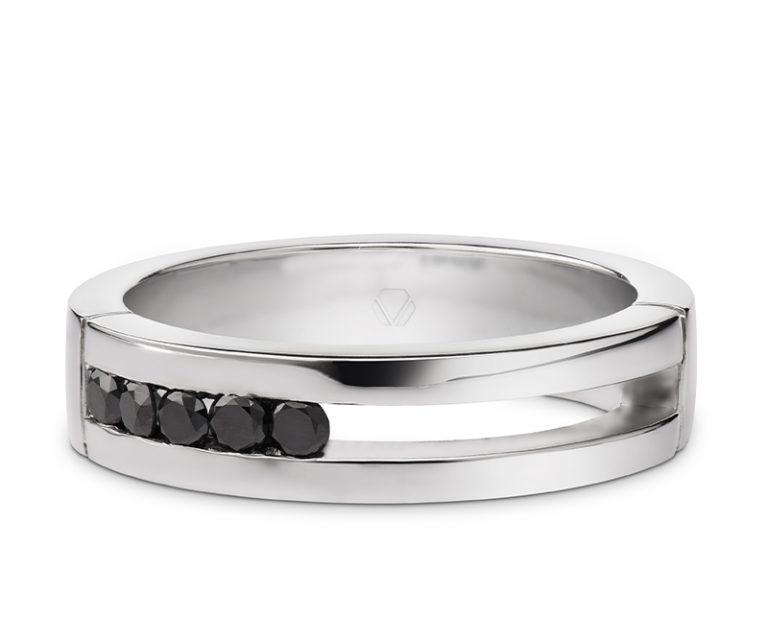 Anillo de Compromiso Modelo Carbono Negro 1  Producto Si buscas una pieza que represente tu estilo, el anillo de compromiso Carbono es tu mejor opción. El bello juego de simetría y asimetría, hacen de este anillo una joya única.