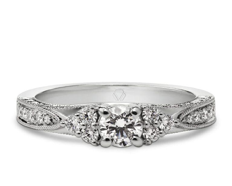Anillo de Compromiso Modelo Emuna 1  Producto El Solitario Emuna es una joya única, que destaca por sus detalles. El eminente destello de los diamantes de esta pieza seducen a los entendidos en joyería.