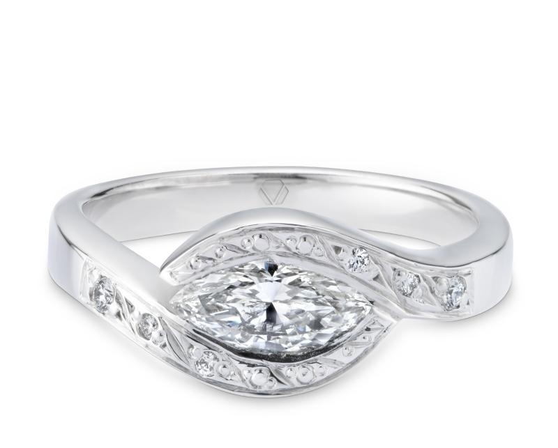 Anillo de Compromiso Modelo Petra 1  Producto El anillo de compromiso Petra es una joya mística, con aires de oriente, que seduce a quien la contempla. El encanto de esta joya radica en su diamante central.