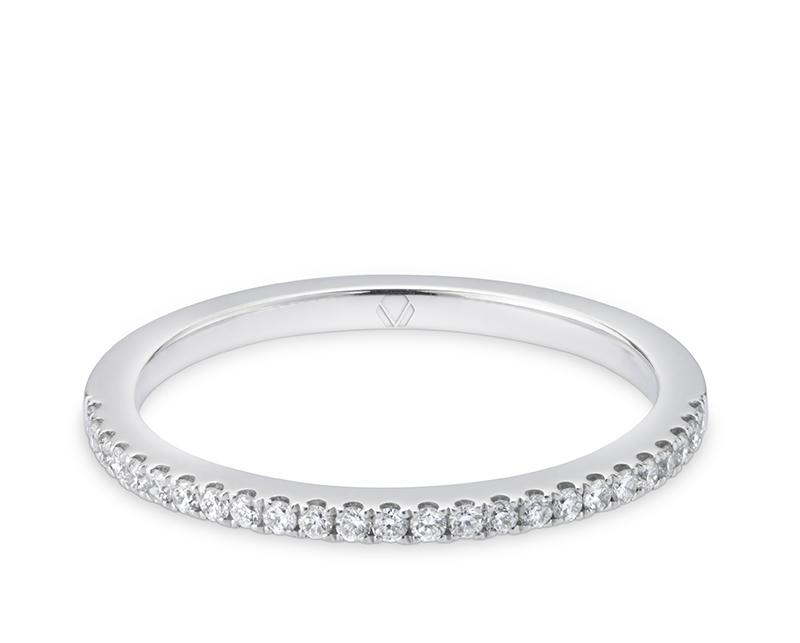 Anillo de compromiso Platino, Oro Blanco o Rosado de 18k y 19 diamantes por la cara frontal.