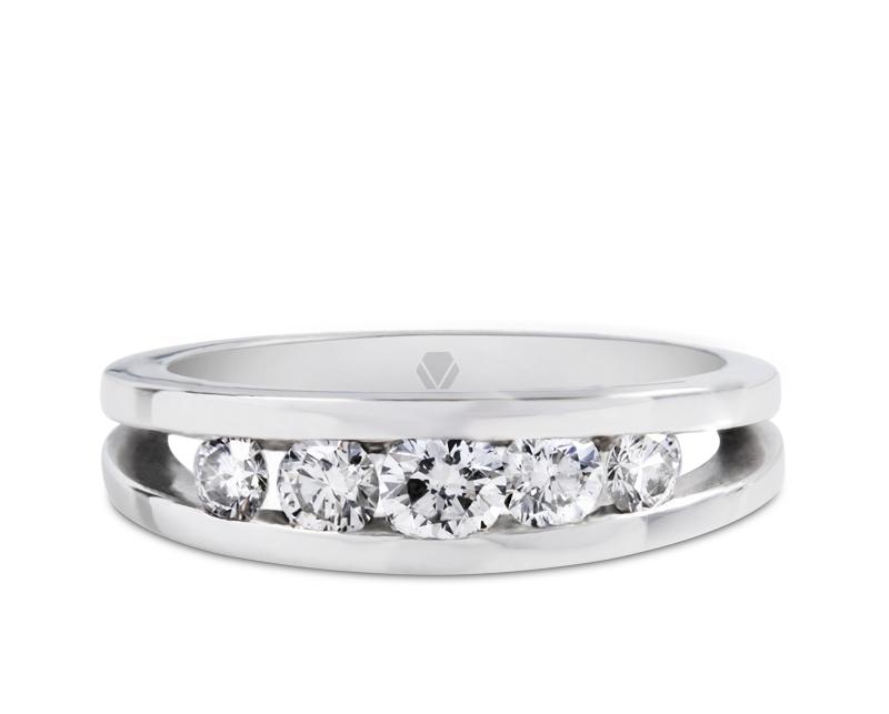 Anillo de compromiso modelo Elite 1  Producto El anillo de compromiso Elite es una pieza audaz que revela el delicado brillo de los diamantes en el centro, pensado en quienes quieren un toque moderno.