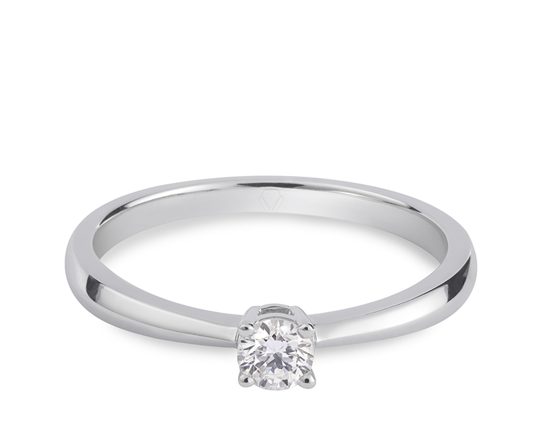 Anillo de compromiso modelo Solitario Lesser 1  Producto El Solitario Lesser destaca por su silueta clásica, un delicado cabezal de 4 grifas que luce por mostrar la belleza y brillo del diamante en su totalidad