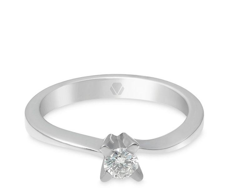 Anillo de compromiso modelo Solitario Nuvo 1  Producto El anillo de compromiso Nuvo es una extraordinaria joya clásica, que deslumbra por su movimiento y delicadeza, luciendo a la perfección el diamante.