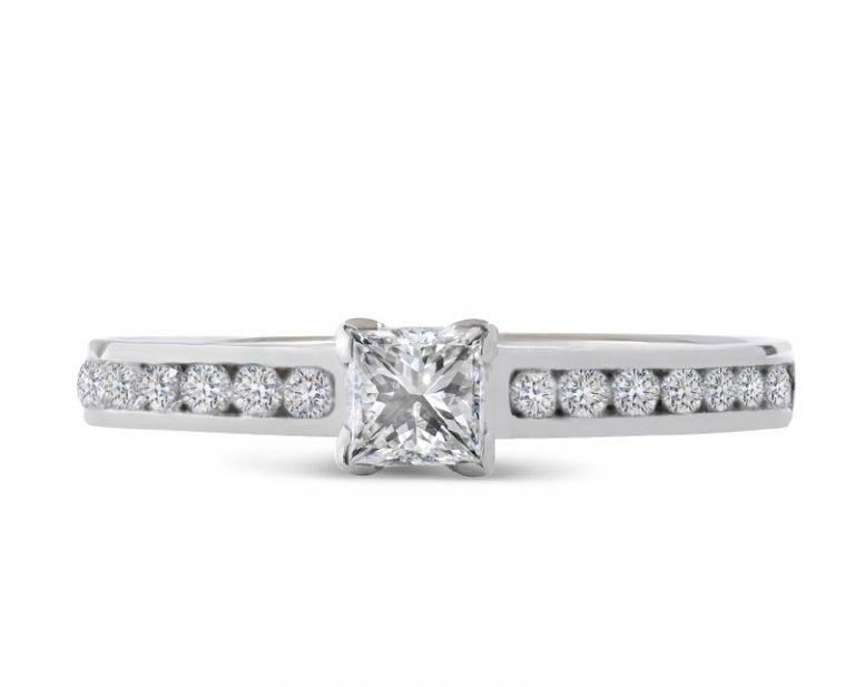 Anillo de compromiso modelo Solitario Palau 3  Producto El anillo de compromiso Palau mezcla un estilo clásico con un refrescante toque de diseño actual. Te deslumbrará con el brillo de su diamante corte princess.