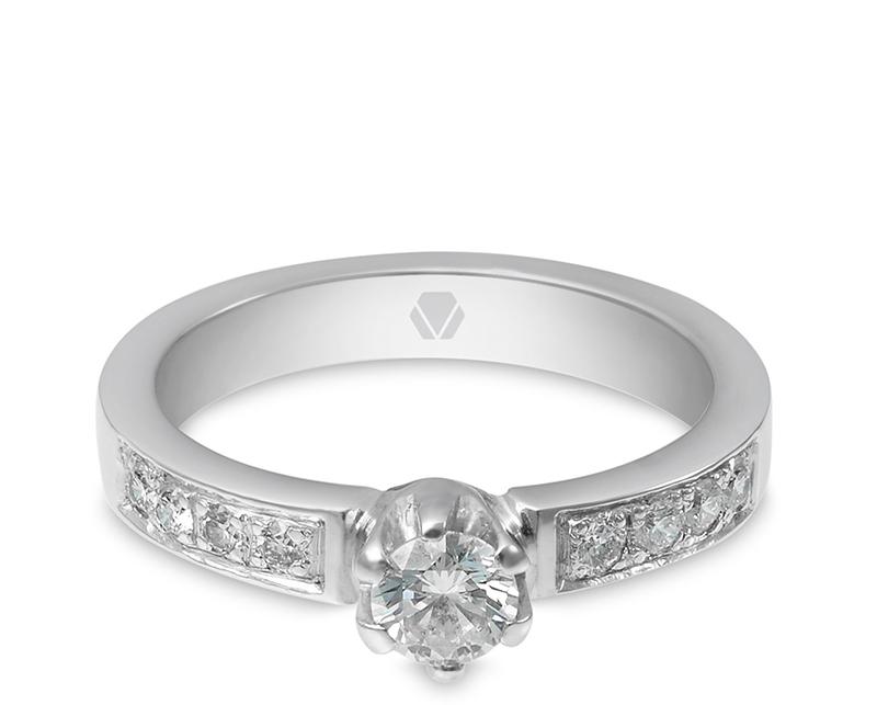 Anillo de compromiso modelo Solitario Platino 1  Producto El Solitario Platino es una joya icónica, atemporal y audaz. Su firme estructura lo hace una joya altamente resistente, hermosamente decorado con diamantes.