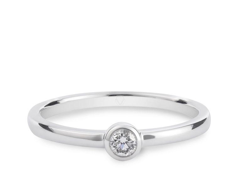 Anillo de compromiso modelo Solitario Punto Luz 1  Producto Oro Blanco 18k más 1 Diamante brillante de 10 pt.