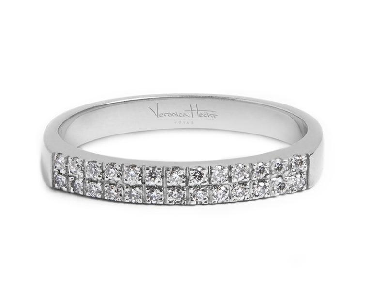 Anillos de compromiso modelo Etienne acostado  Producto Una delicada y femenina propuesta es el cintillo Etiene, Este anillo de compromiso está pensado en embellecer la mano de cualquier mujer con su hermoso brillo.
