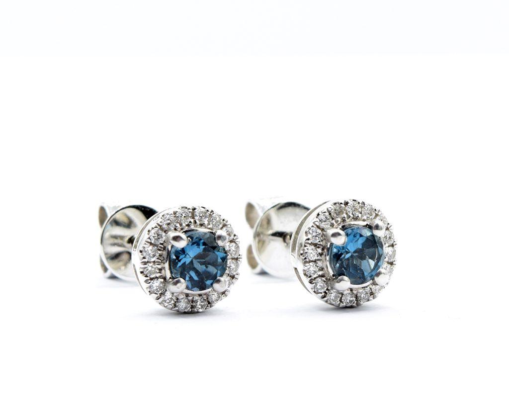 Aros London Blue 2  Producto Oro Blanco 18k, 2 Topacios brillante de 15 pt y 32 Diamantes que suman 12 puntos.