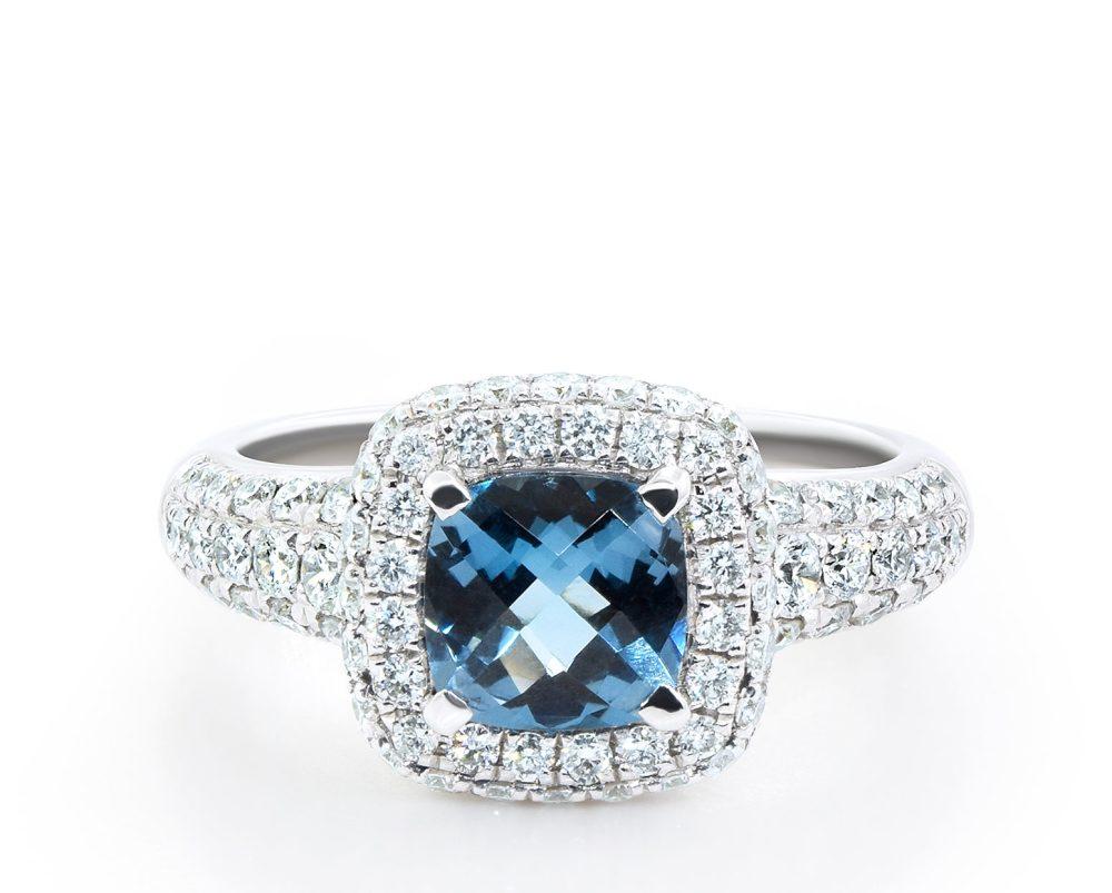 Solitario Hadar Oro Blanco 18k con 1 Diamante corte cushion de 1 carat y 80 Diamantes brillante que suman 78 pt. Talla 11. PIEZA ÚNICA SIN CAMBIO DE TALLA