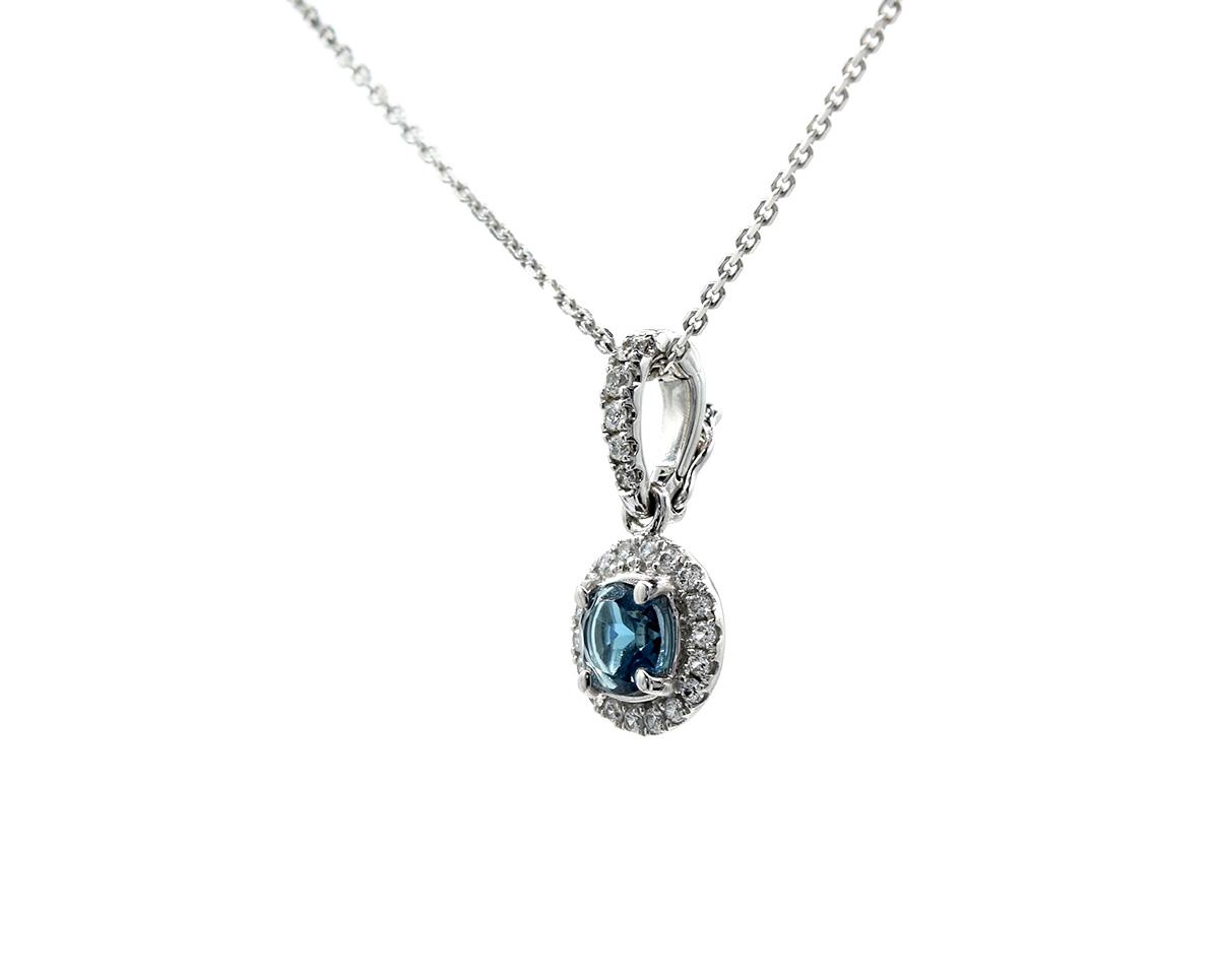 Colgante En Oro blanco con un Topazio London Blue de 30 puntos 23 diamantes que suman 11 puntos