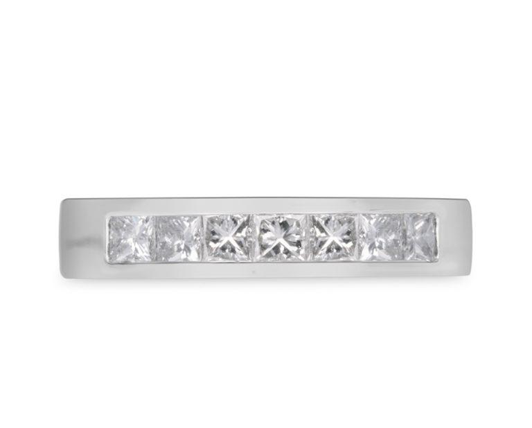 anillo de compromiso modelo cintillo princess  Producto Una pieza muy atractiva como anillo de compromiso es el cintillo Princess. Su hermoso juego de 7 diamantes lineales hace de él una pieza que te hará relucir.