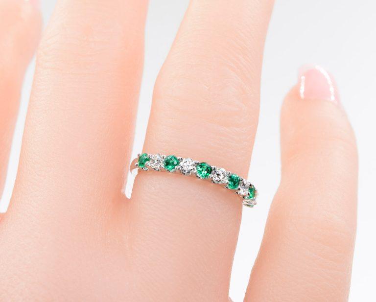 Cintillo Absolute Emerald Oro Blanco 18k o Platino y 5 Diamantes brillante de 5 pt más 6 Esmeraldas que suman 32 pt.