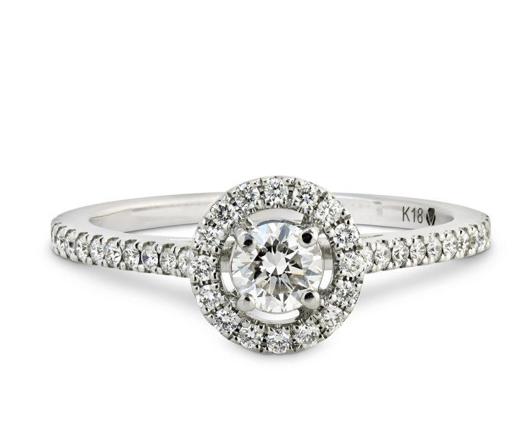 Anillo de compromiso Oro Blanco y 40 Diamantes que suman 24 pt, rodeando a un diamante central que puede ser de 25 o 35 pt.