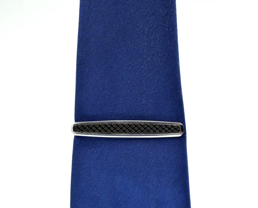 Pin Corbata Acero con resina negra.