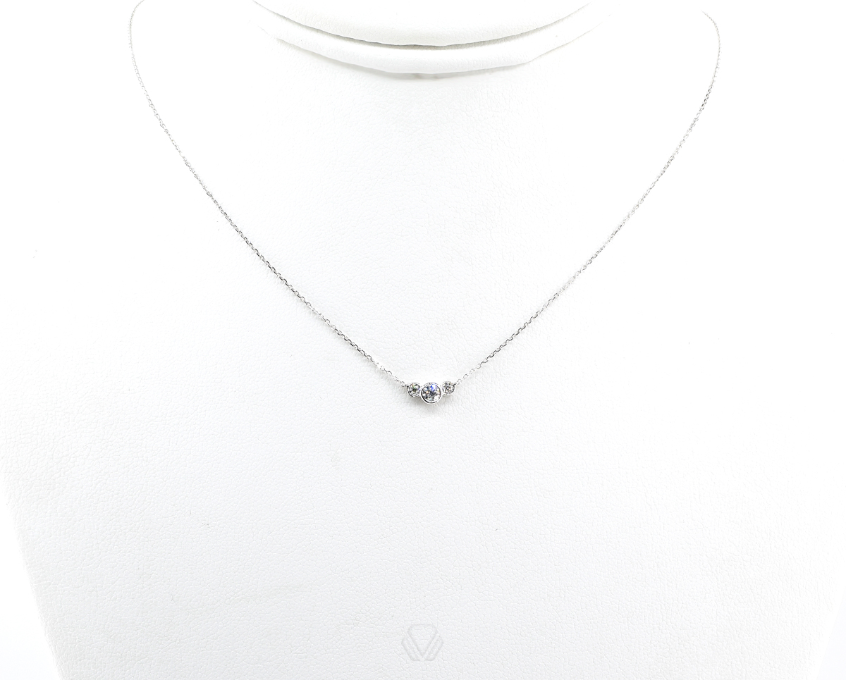 Colgante Trilogy Oro Blanco 18k con 3 Diamante que suman 16 pt, 1 Cadena 45cm