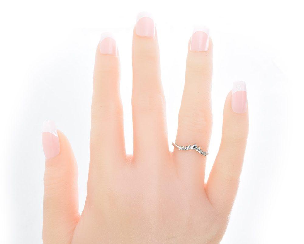 Cintillo Adina Oro Blanco 18k, con 9 Diamante brillante que suman 19 pt