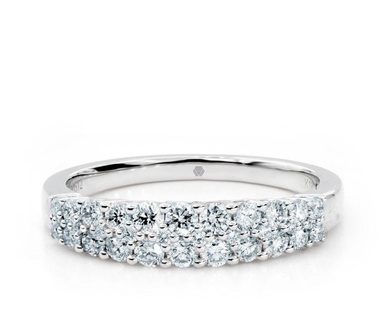 Oro Blanco 18k, con 32 Diamante brillante que suman 51 pt Largo: 2.5 gr