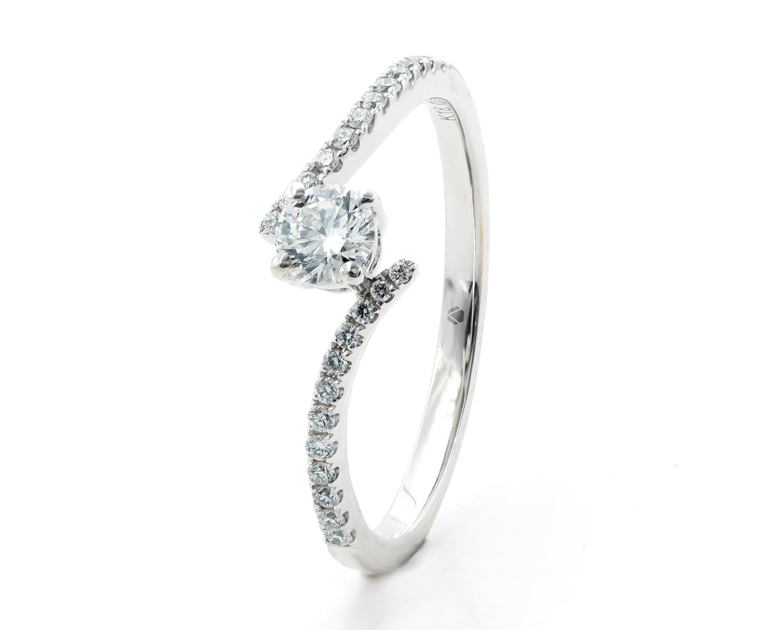 Solitario Carissa Oro Blanco 18k, con 1 Diamante central de 20 o 25 pt más 24 Diamante brillante que suman 11 pt