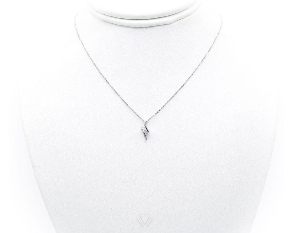 Colgante Tehila Oro Blanco 18k, con 3 Diamante brillante que suman 10 pt. No incluye cadena.