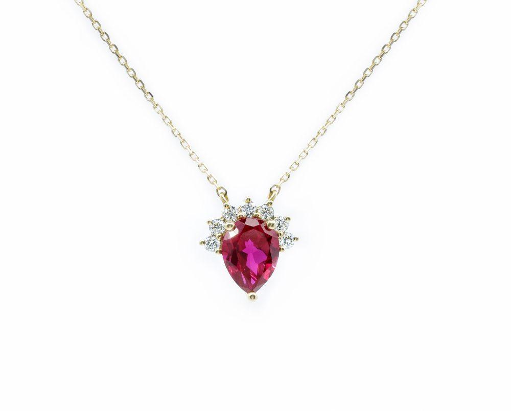 Collar Aidan Ruby Oro Blanco 18k, con 1 Rubí , más 7 Diamantes brillante que suman 14 pt Tamaño: 11x11mm